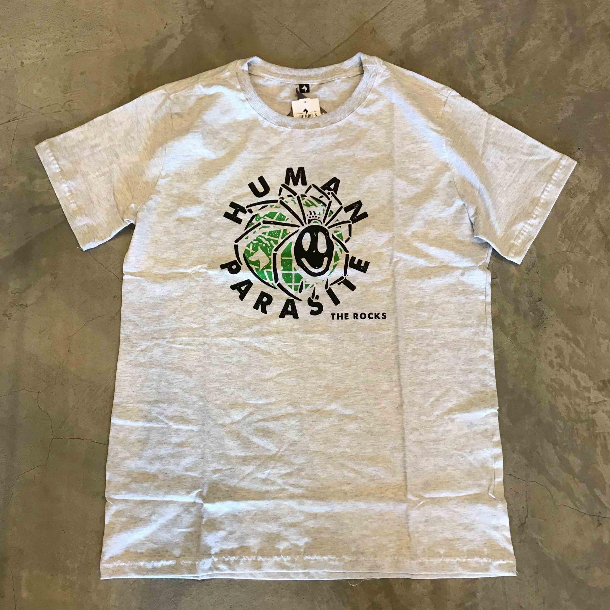 "Camiseta The Rocks ""Human Parasite"" Cinza Claro"