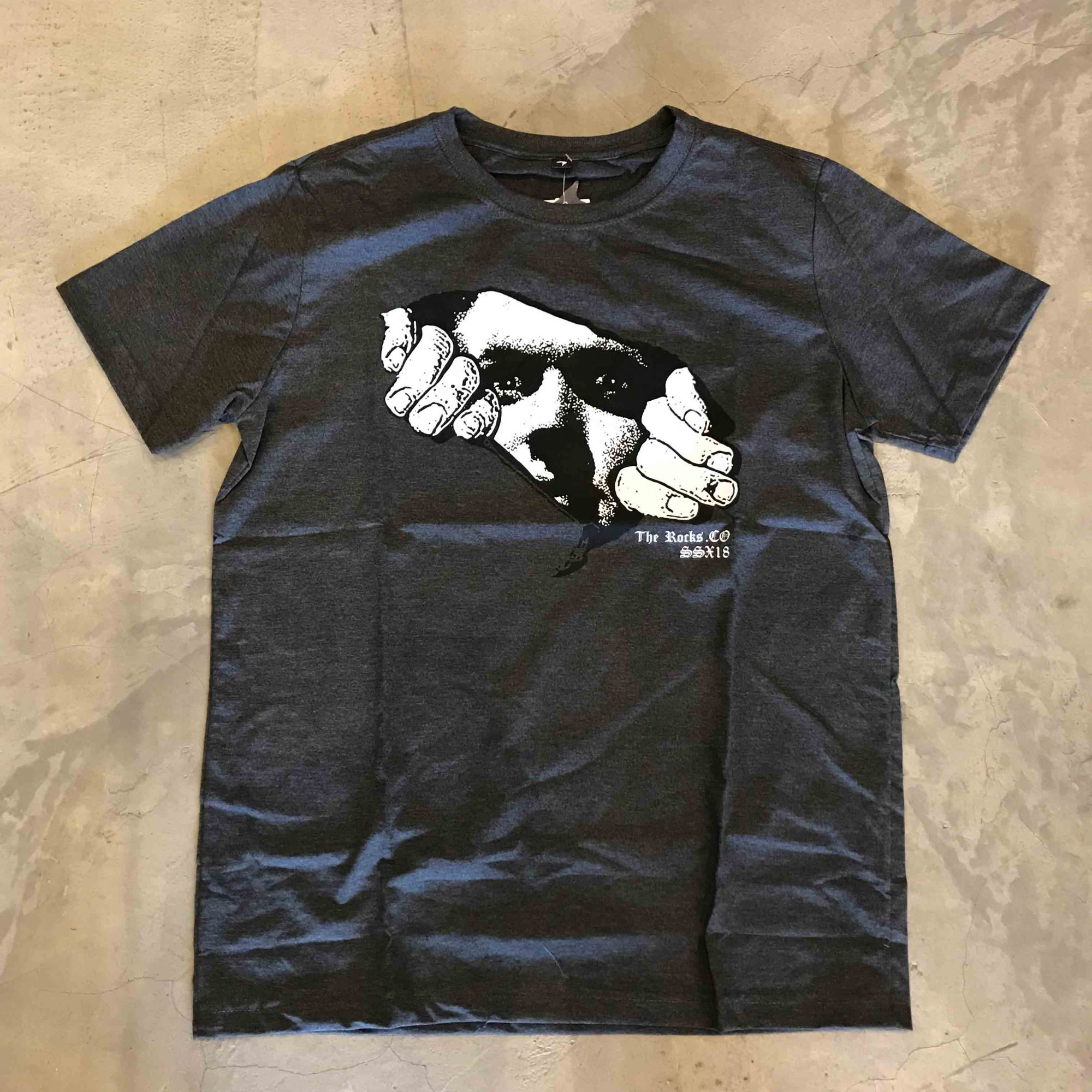 "Camiseta The Rocks ""Leaving The Stone 2"" Cinza Escuro"