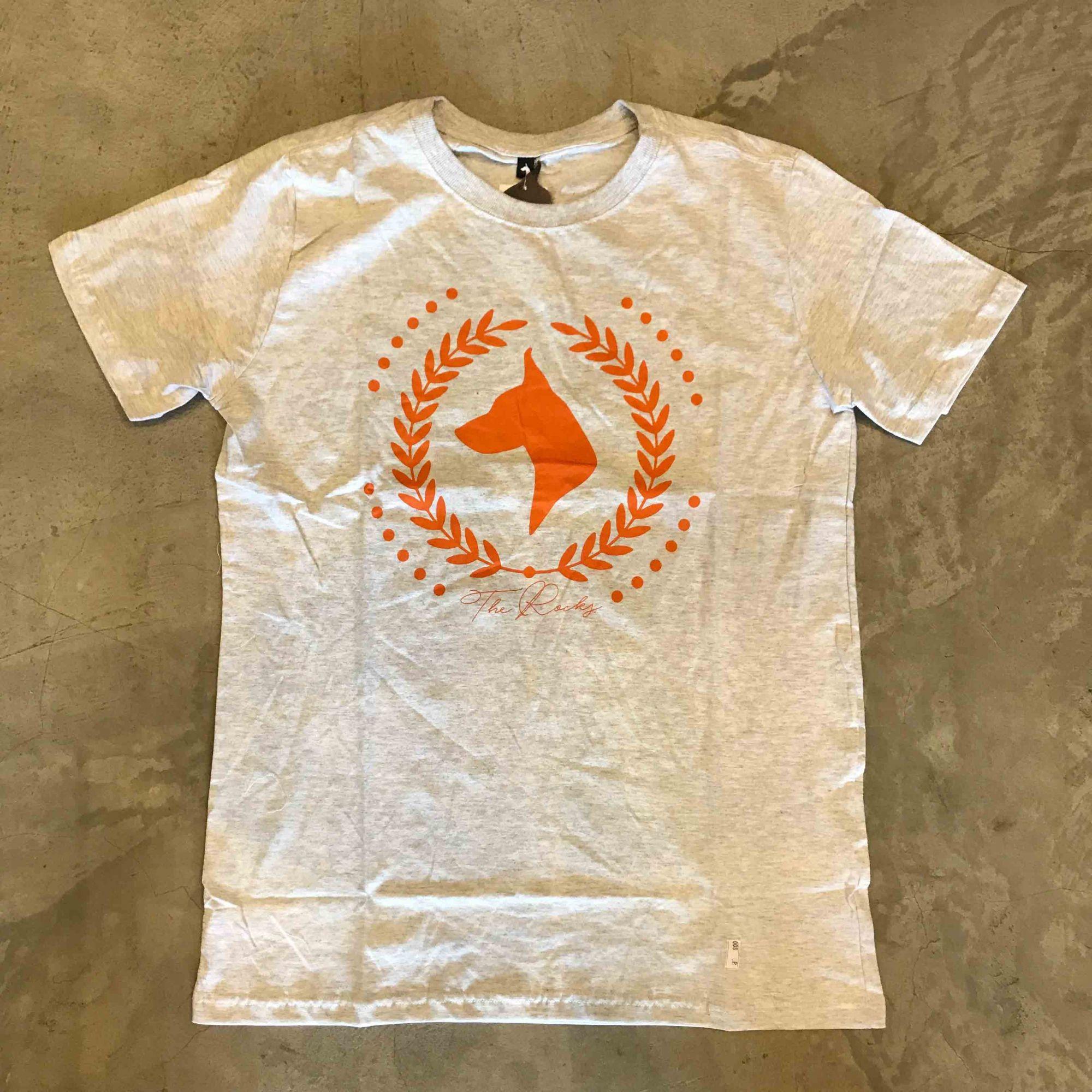 "Camiseta The Rocks ""Logo Greek"" Cinza Claro"