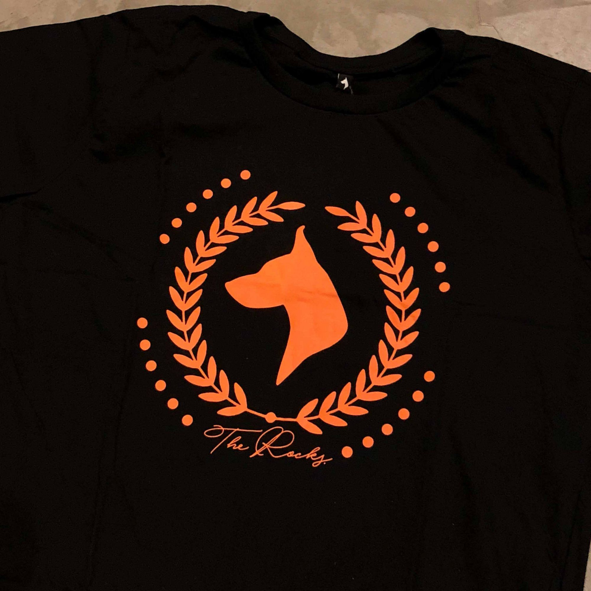 "Camiseta The Rocks ""Logo Greek"" Preta"