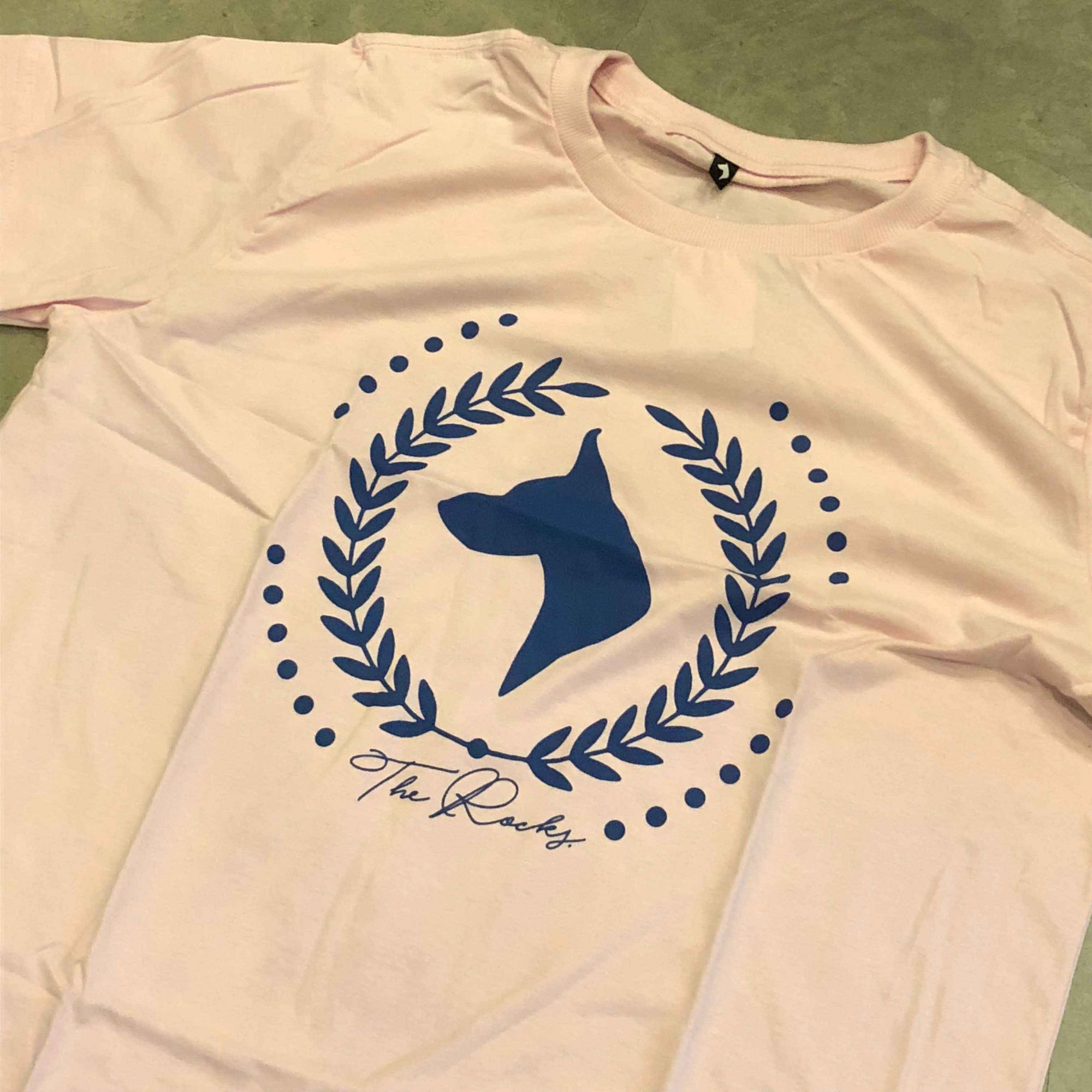 "Camiseta The Rocks ""Logo Greek"" Rosa"