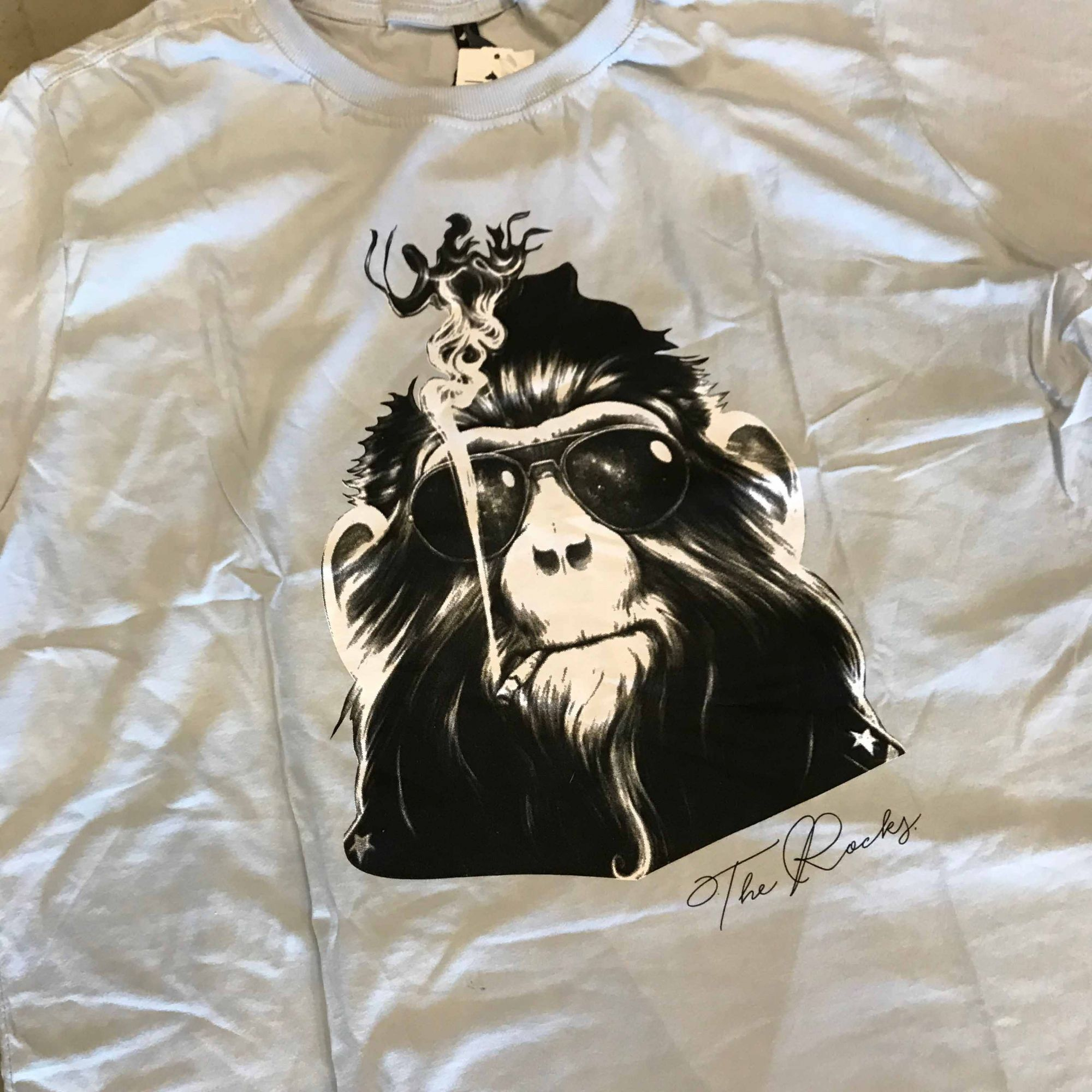 "Camiseta The Rocks ""Monkey Smoking"" Gelo"