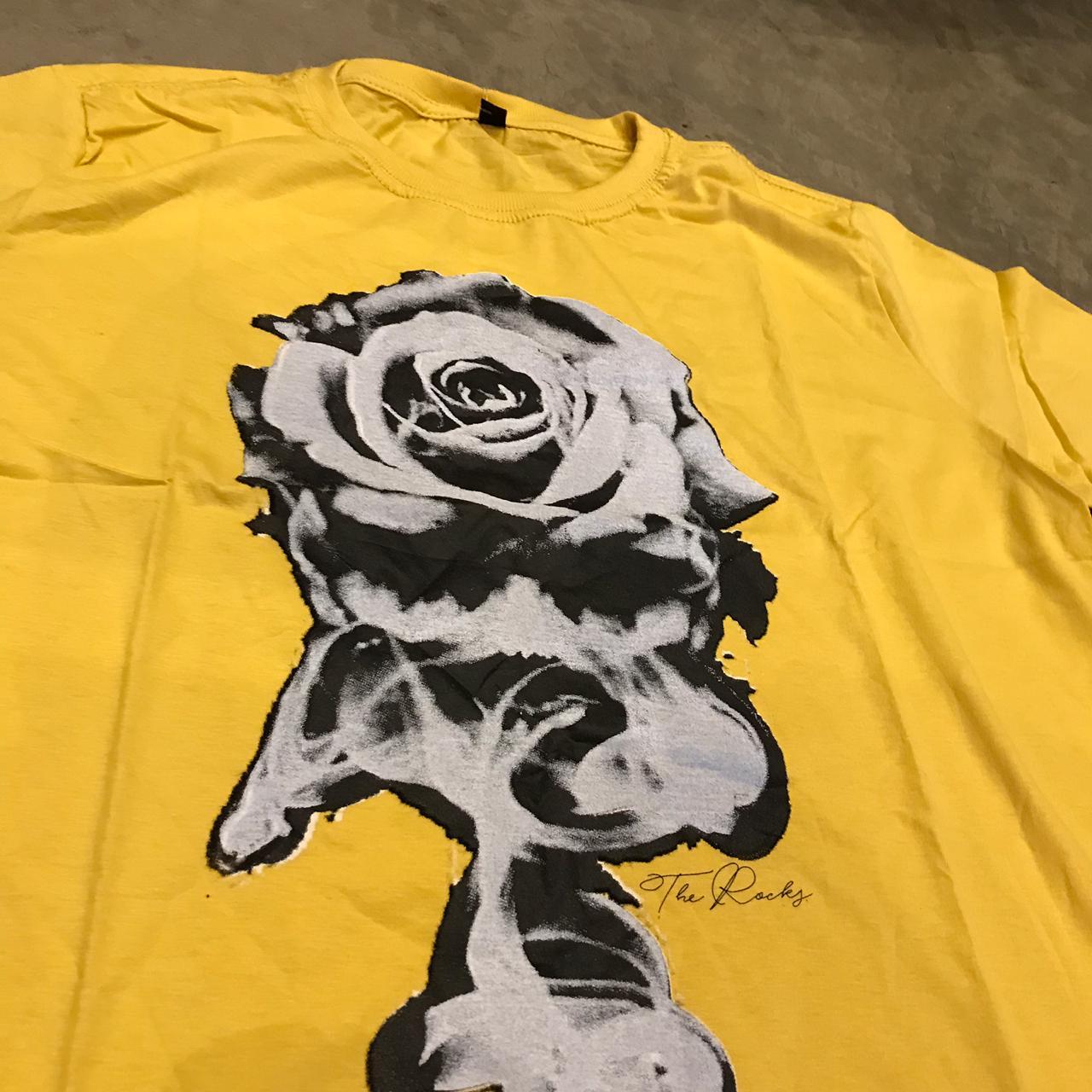 "Camiseta The Rocks ""Rosas"" Amarela"