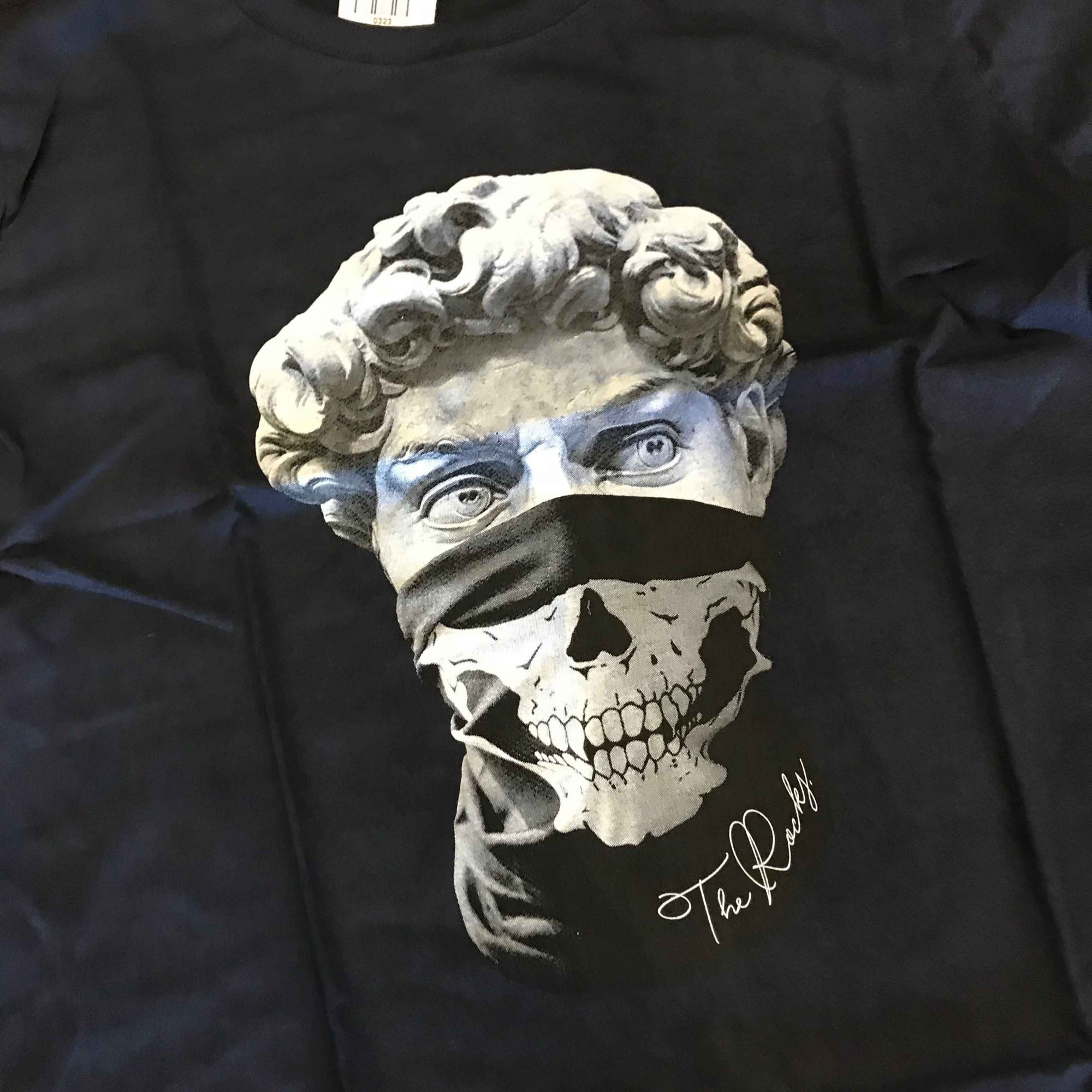 "Camiseta The Rocks ""Statue Criminal"" Azul Escuro"