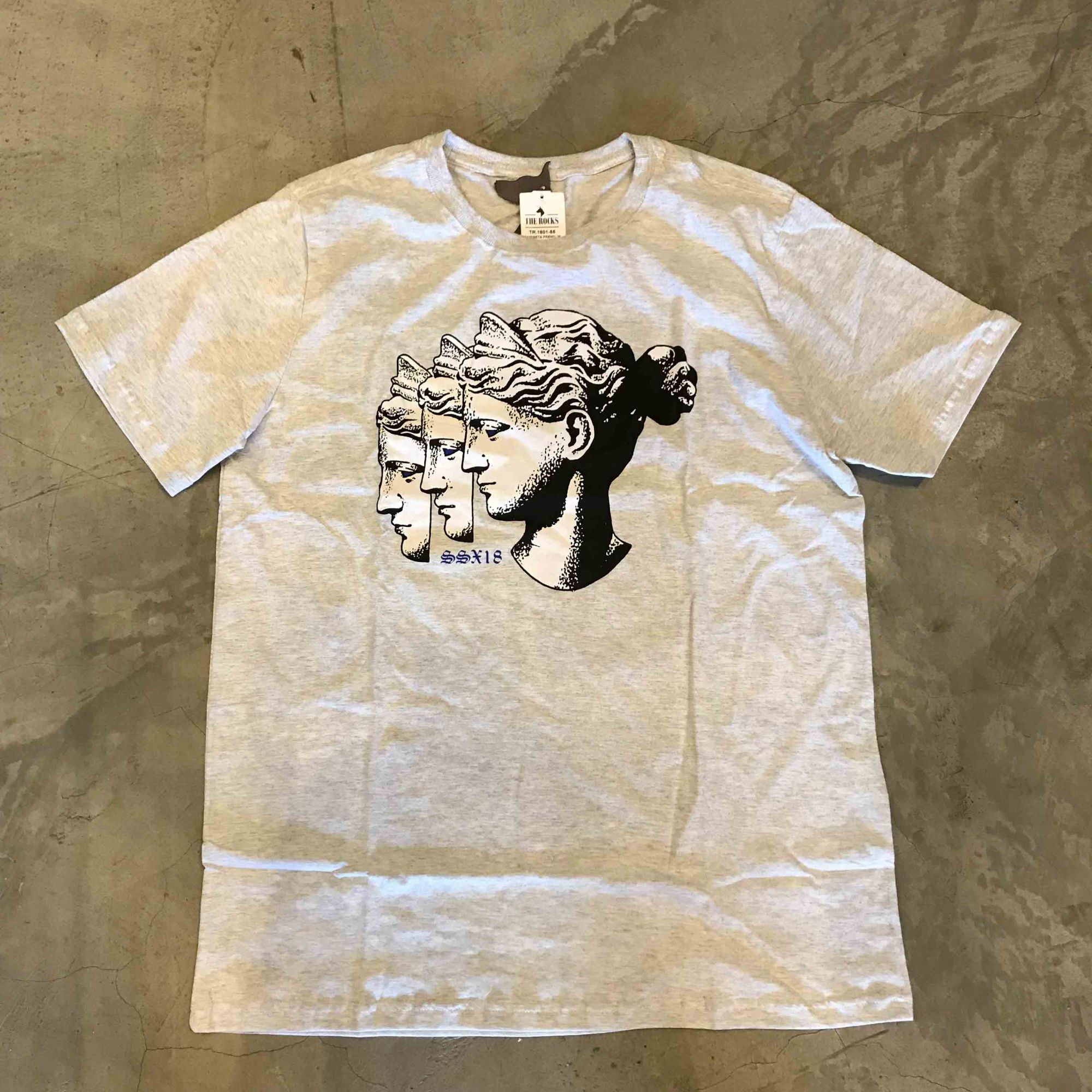 "Camiseta The Rocks ""Three Statues"" Cinza Claro"