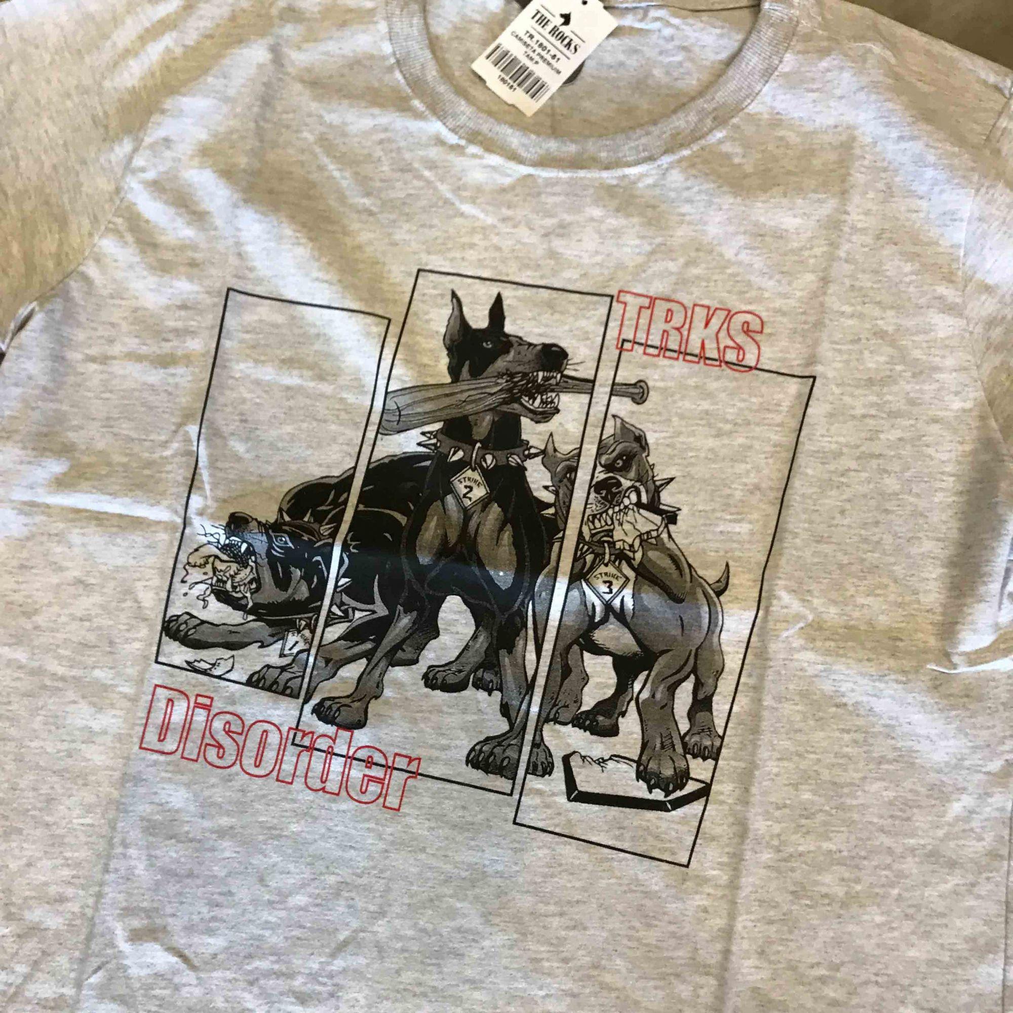 """Camiseta The Rocks """"Trks disorder"""" Cinza Claro"""