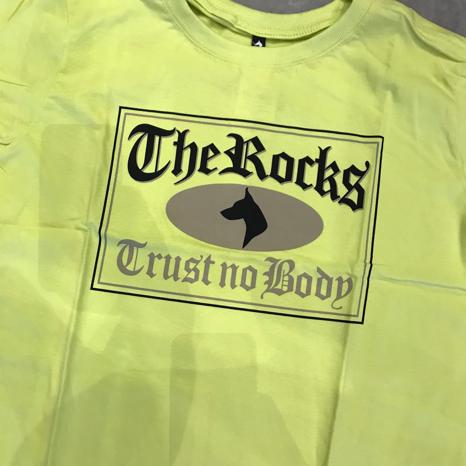 "Camiseta The Rocks ""Trust Nobody 3"" Amarela"