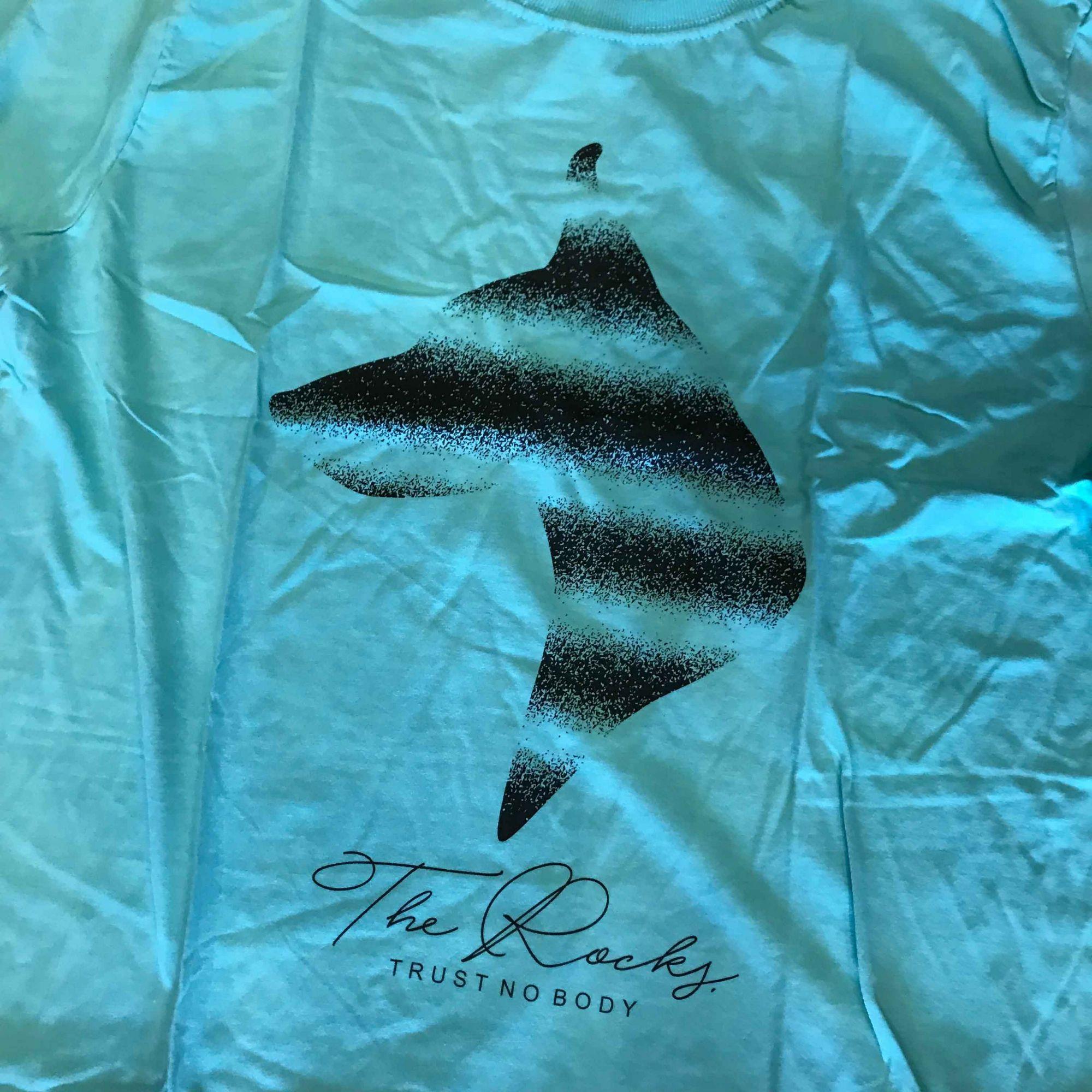 """Camiseta The Rocks """"Trust Nobody"""" Tiffany"""