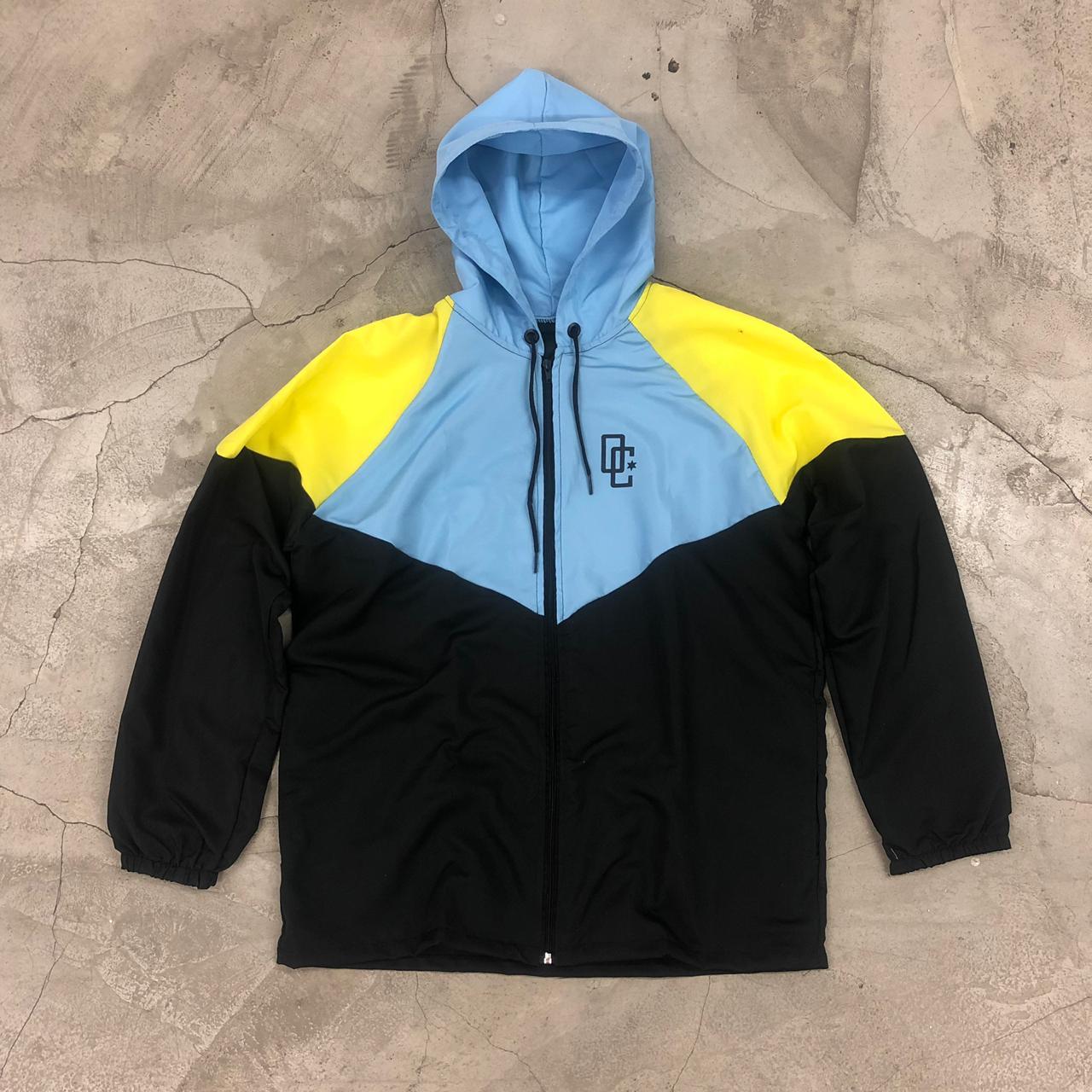 """Corta Vento Overcome """"90'S"""" Azul Claro/Amarelo/Preto"""