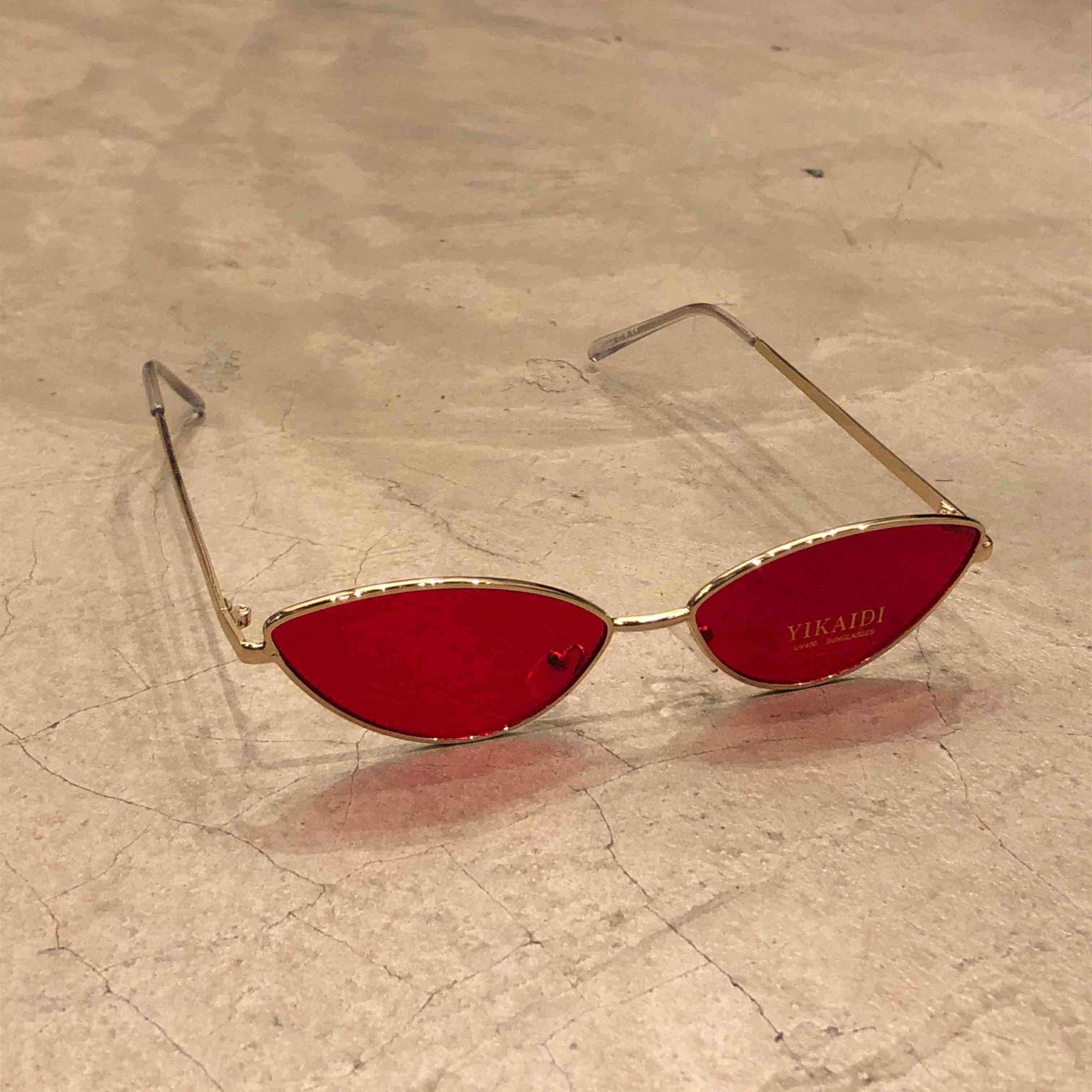 """Óculos Vintage """"Cat"""" Dourado/Vermelho (Perna Transparente)"""