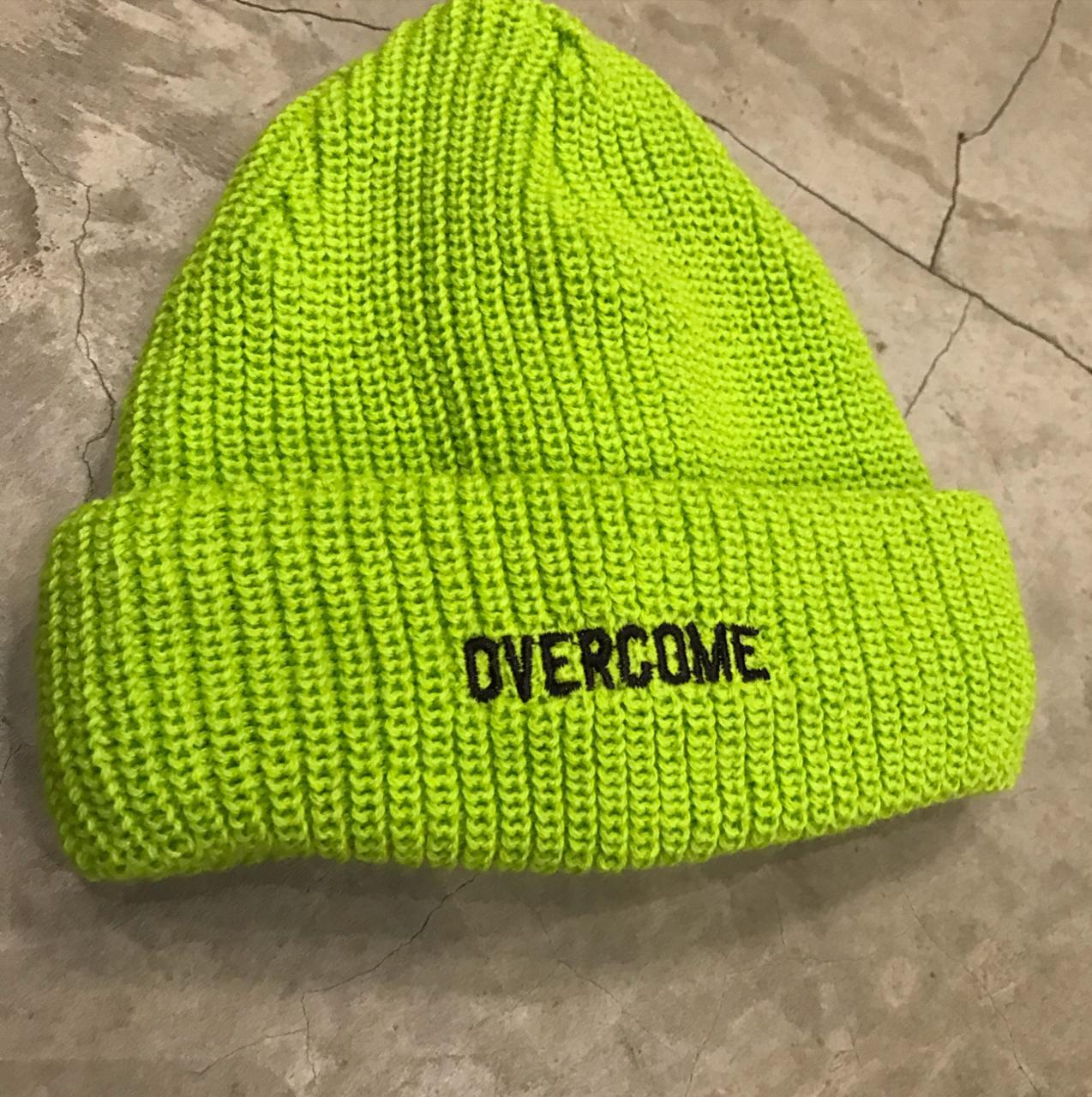 """Touca Overcome """"Script"""" Verde"""