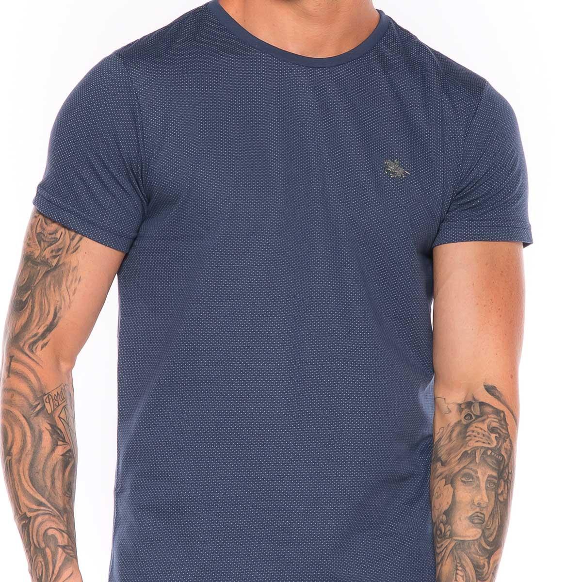 Camiseta em Malha Pontos e Logo em Metal