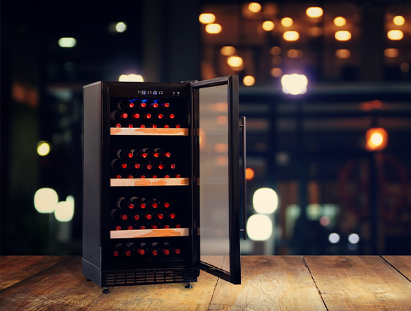 Adega Preta com compressor porta de vidro 80 garrafas - Benmax