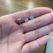 Piercing de Prata Orelha Tragus Flor Pequena com Zircônias