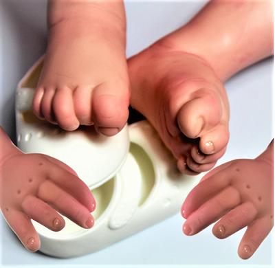 Bebê Reborn Helena Saída de Banho Refletindo