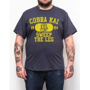 Camiseta Cobra Kai Sweep The Leg - Plus Size - Tamanho XG