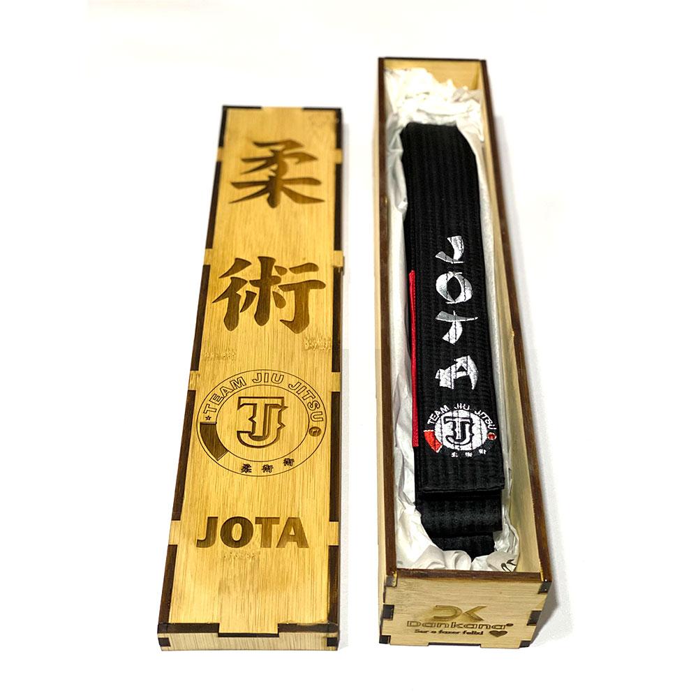 Caixa de Bambu + Faixa de Jiu-Jitsu de Cetim Personalizada