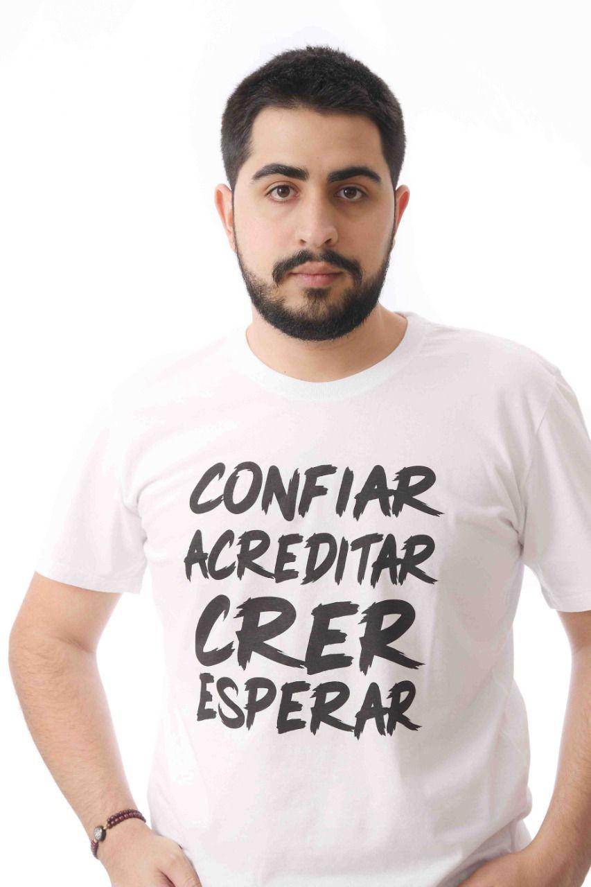 CAMISETA MASCULINA BRANCA CONFIAR, ACREDITAR, CRER ESPERAR MERCY