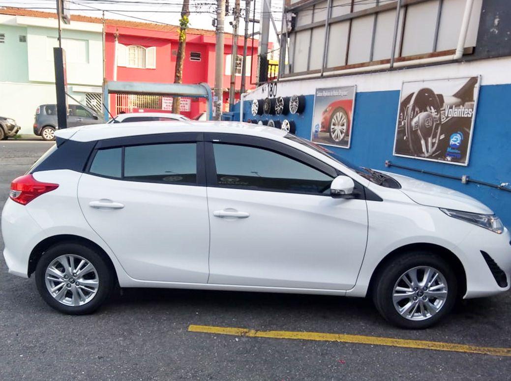 Calha De Chuva Com Escrita Em Alto Relevo Toyota Yaris
