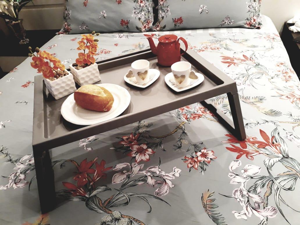 Bandeja para café da manhã com xícara coração Dia dos Namorados