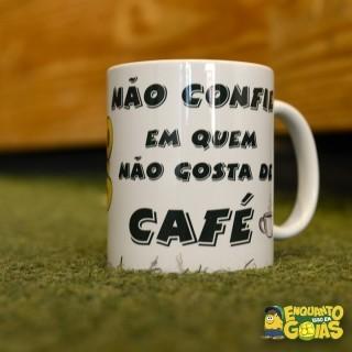 """Caneca """"Não confie em quem não gosta de café"""" 325ml"""
