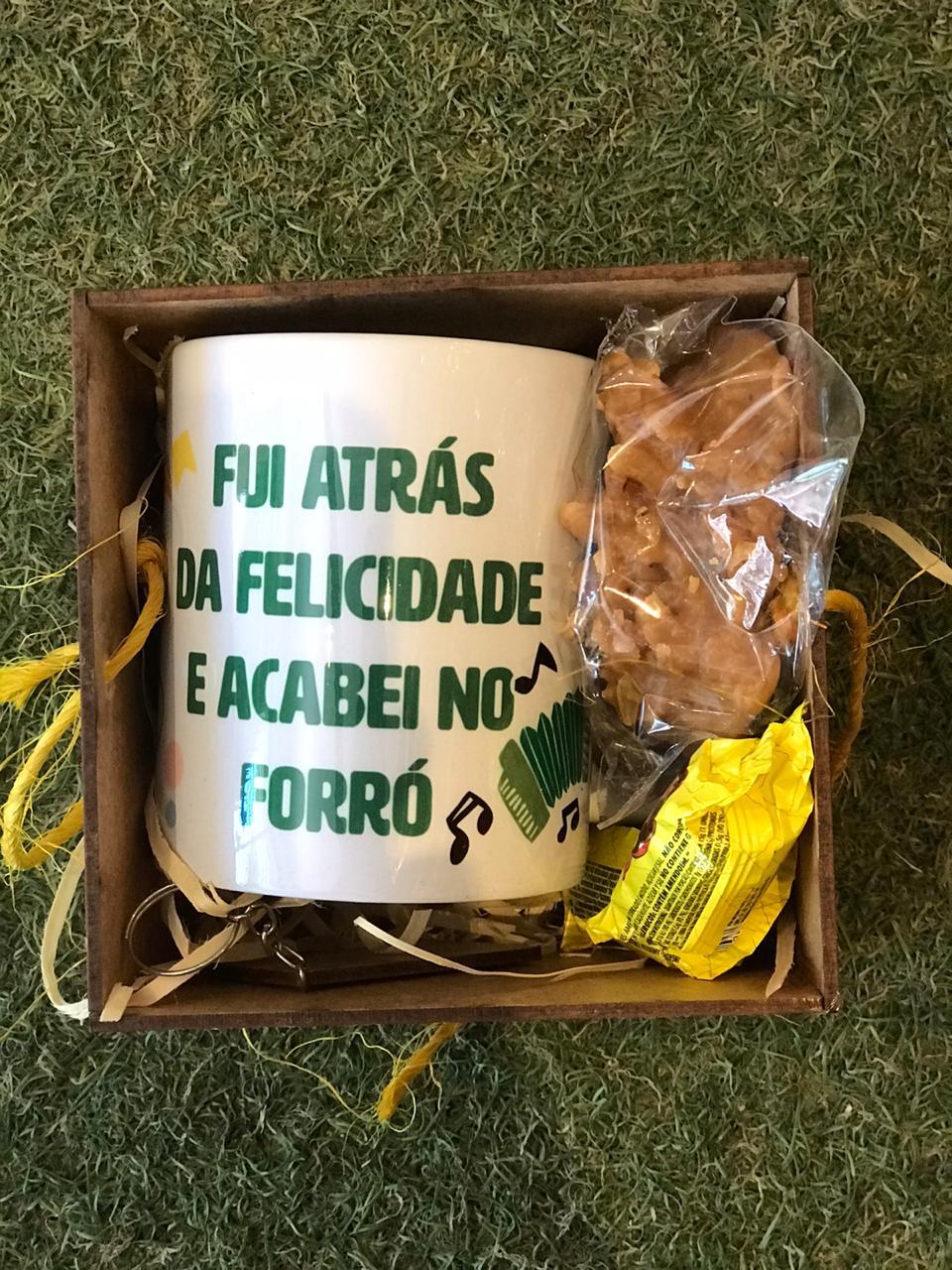 Kit Caneca Junina Foró + Caixa mdf + Doces