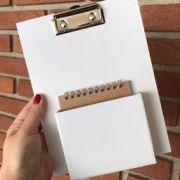 Prancheta branca com caixinha e bloco