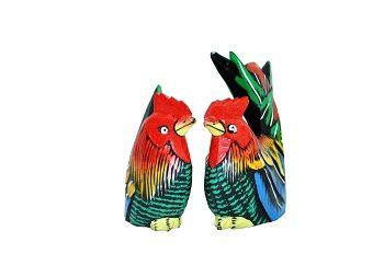 escultura de casal galo e galinha em madeira natural