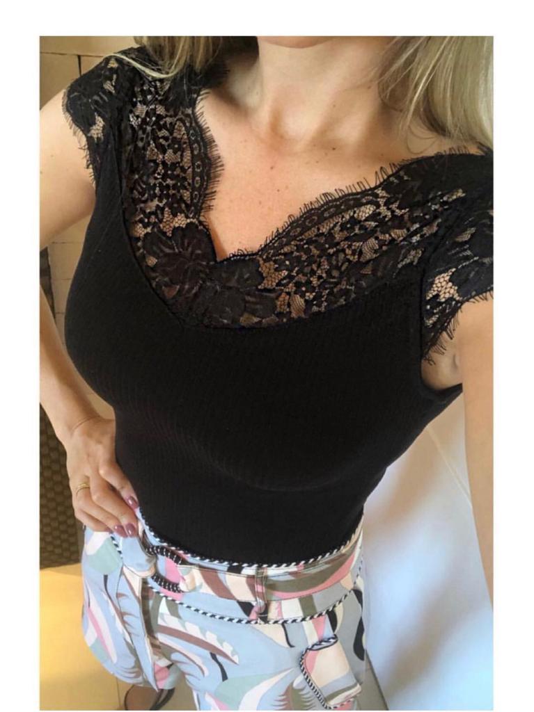 Blusa Amanda Malha Rib com Renda Cores Off e Preto