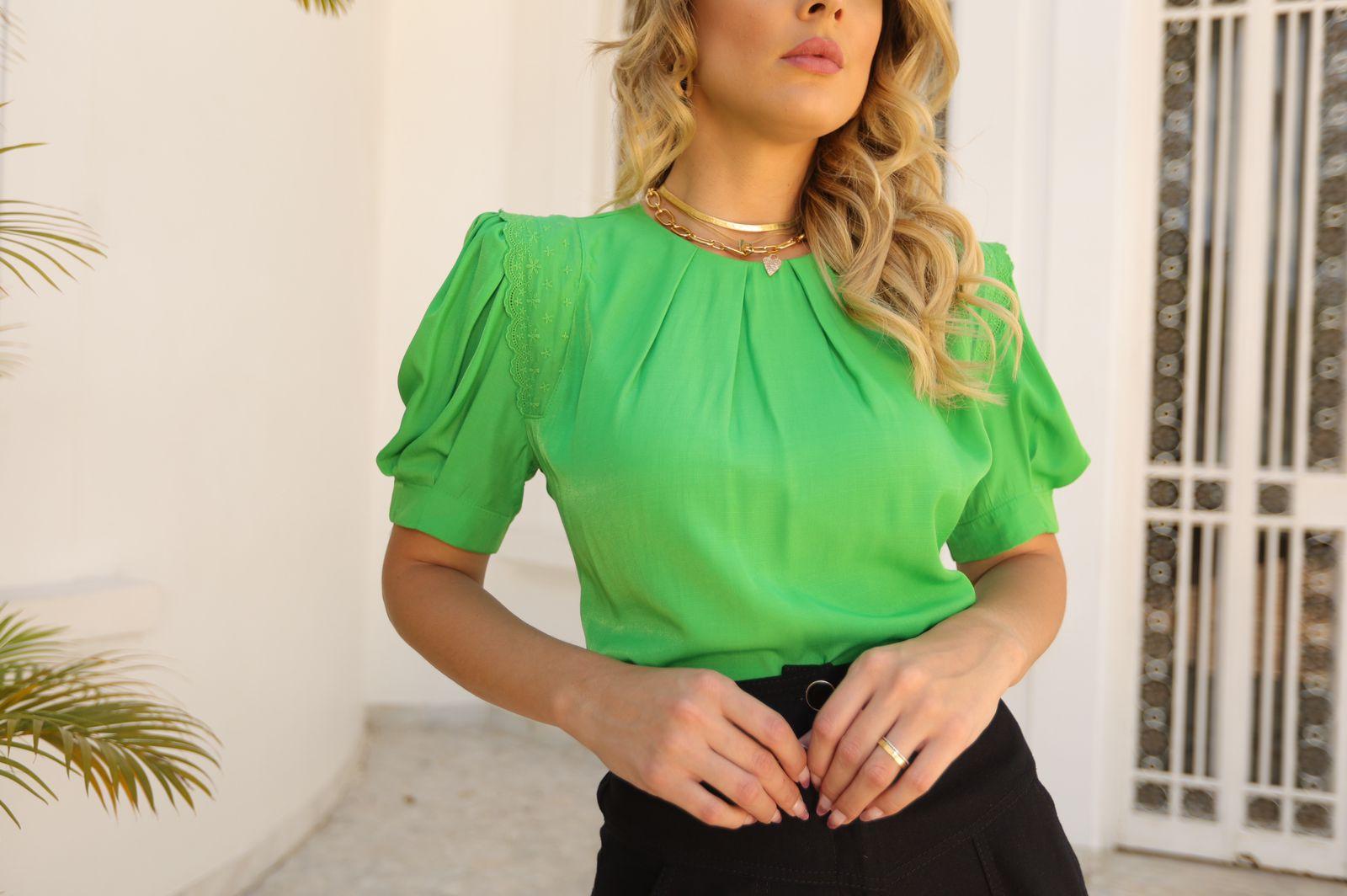 Blusa Betania Viscocrepe C/ Pregas Detalhe Renda