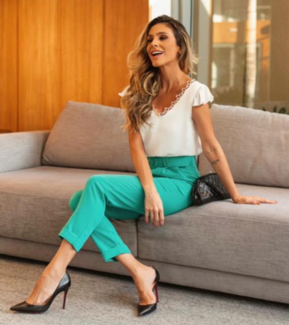 Blusa Carla Crepe Decote  V Detalhe em Renda  curva