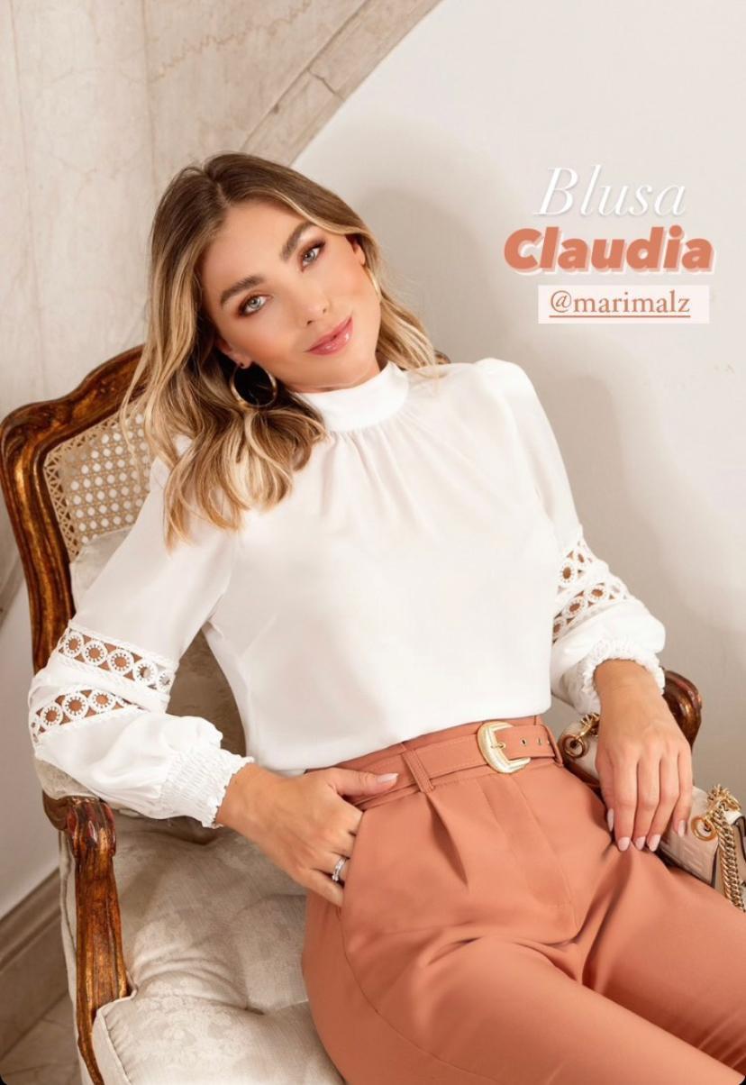 Blusa Claudia Crepe Gola Alta Manga Longa com Nervura