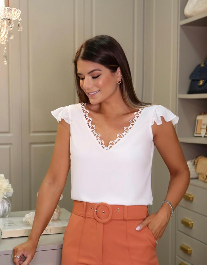 Blusa Ariane Crepe com Decote   Renda