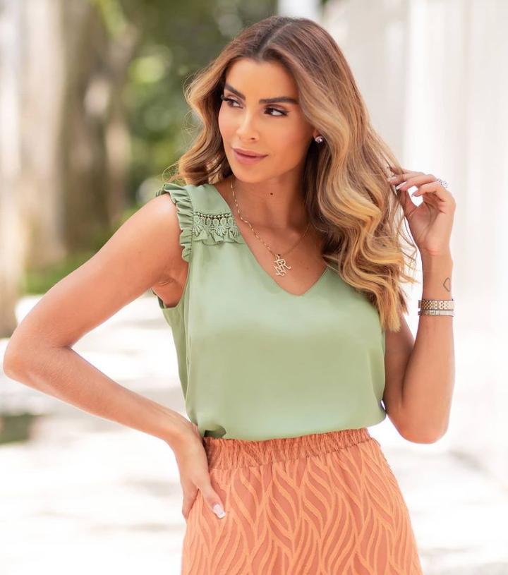 Blusa Luana Crepe Decote V Detalhe Renda Ombro
