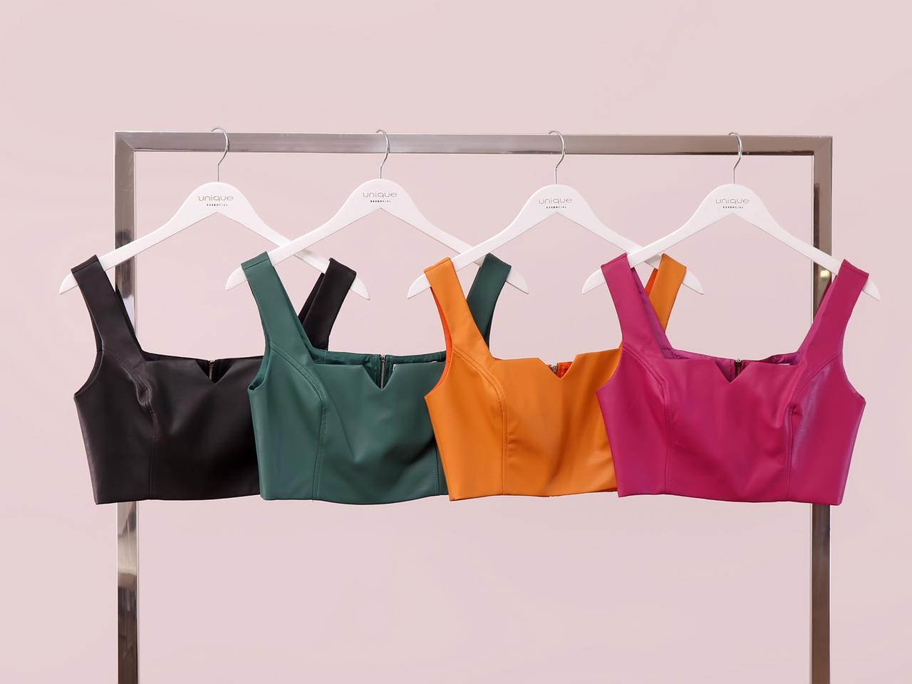 Blusa Lilian Cropped Couro Eco (Forro) Detalhe Decote V Recortes