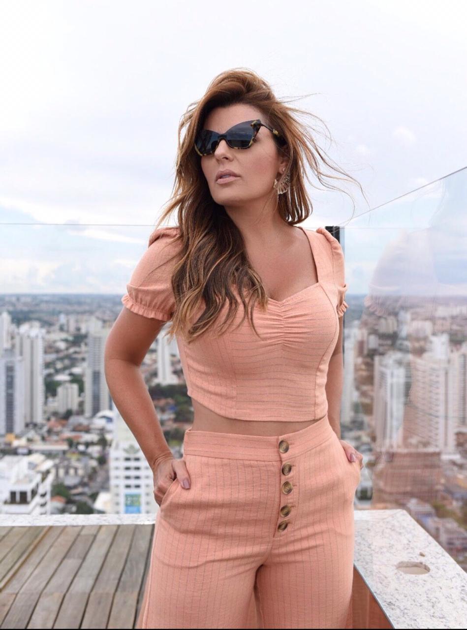 Blusa Danila Cropped Linho Listras Cores Off e Pessego