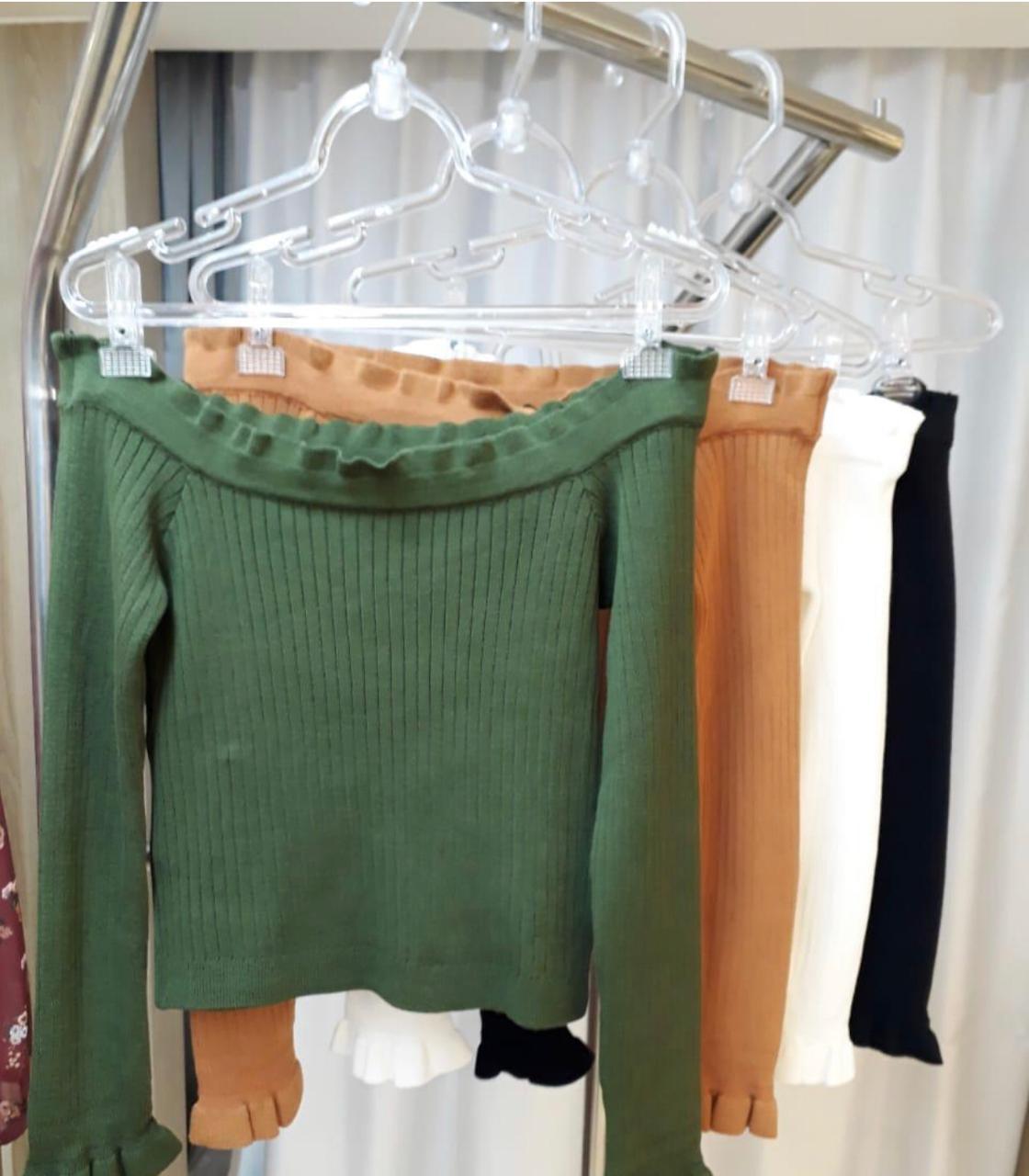 Blusa Esmeral Ombro a Ombro Tricot Cores Off e Verde Militar
