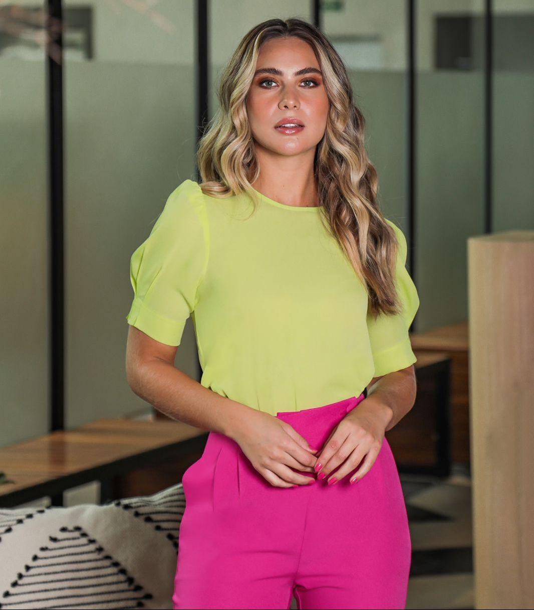 Blusa Fernanda Crepe Básica Detalhe Decote Redondo Manga Bufante Pregas Barra