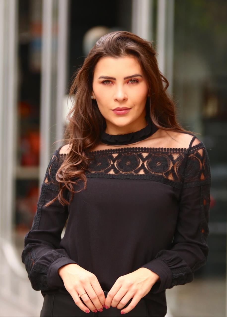 Blusa Isabela Viscocrepe Detalhe Tule Bordado Cor Off & Preto