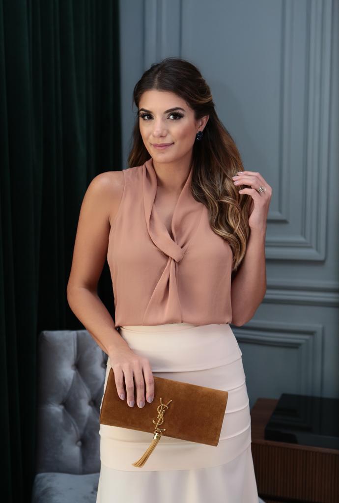 Blusa Jordana Crepe Decote Gravata Lisa Cores Blush, Preto, Areia e Mostarda
