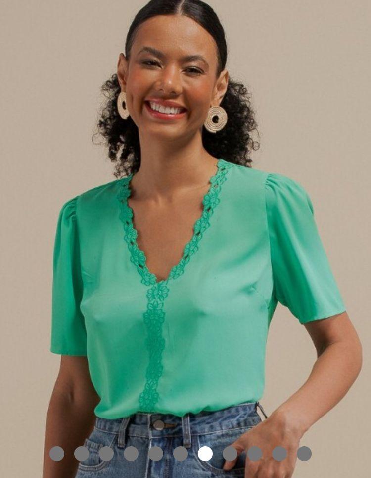 Blusa Karen Crepe Detalhe Bordado Floral Decote