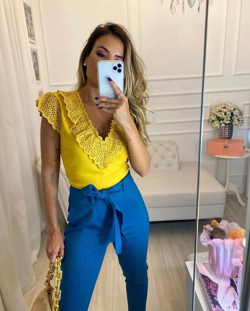 Blusa Milena Crepe Detalhe Renda Decote