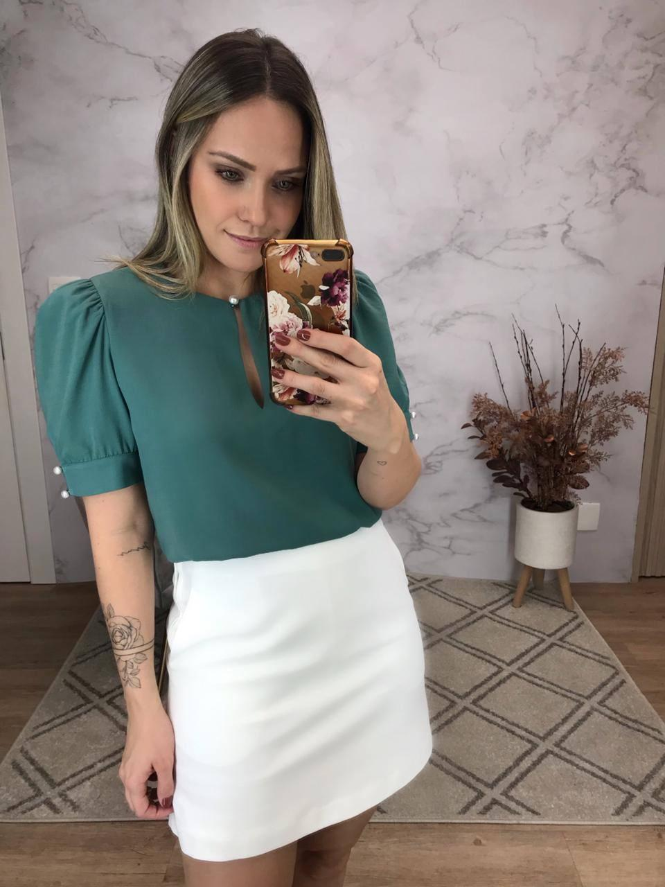 Blusa Milena Crepe Linen Decote Redondo Detalhe Botões Perola Decote/Punho