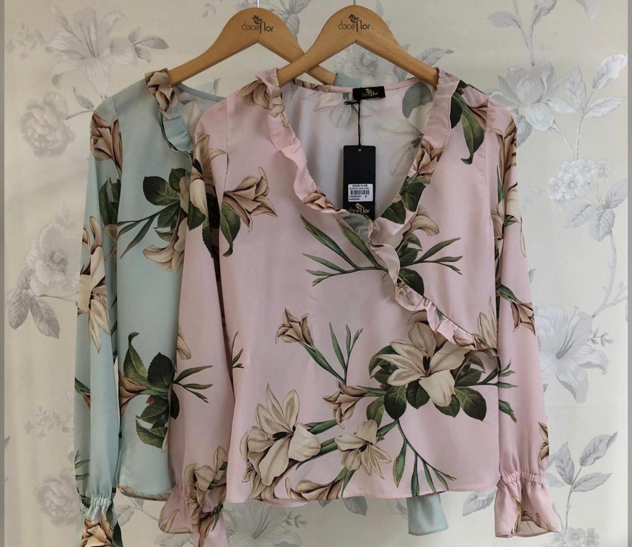 Blusa Paola Crepe  Floral Babado Cores Verde e Rosa