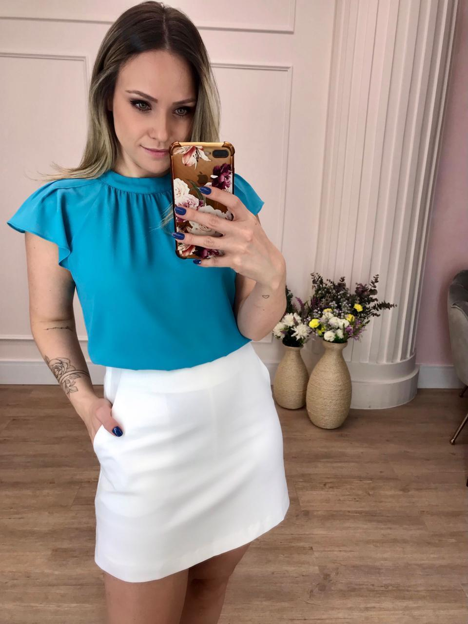 Blusa Renata Crepe Liso Decote Redondo Recortes Franzidos Detalhe Babados