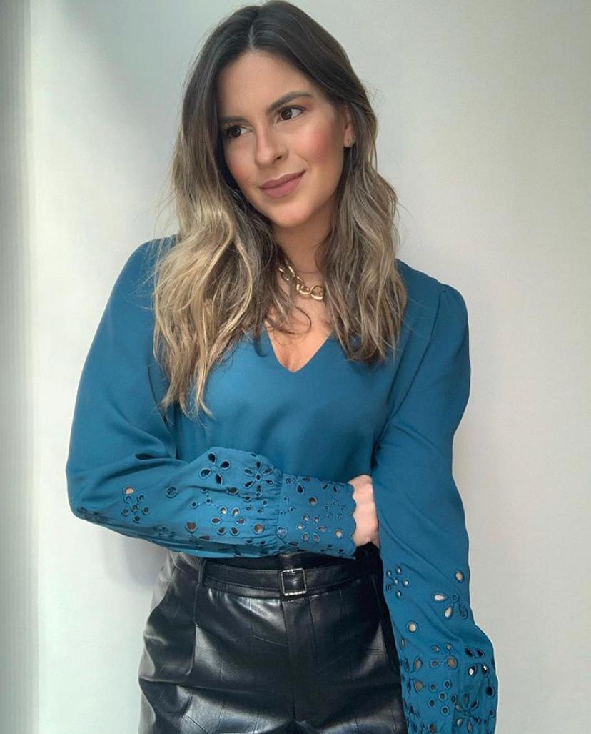 Blusa Sabrina Crepe Bordado Manga