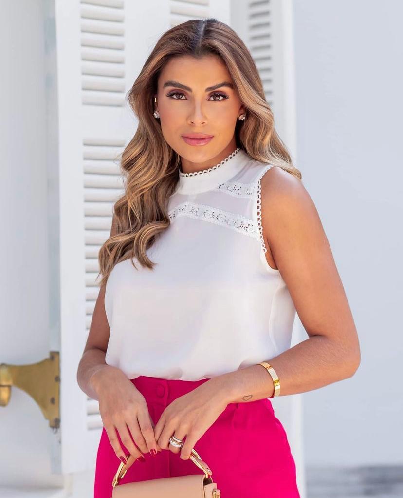 Blusa Sabrina Crepe Gola Alta Detalhe Renda