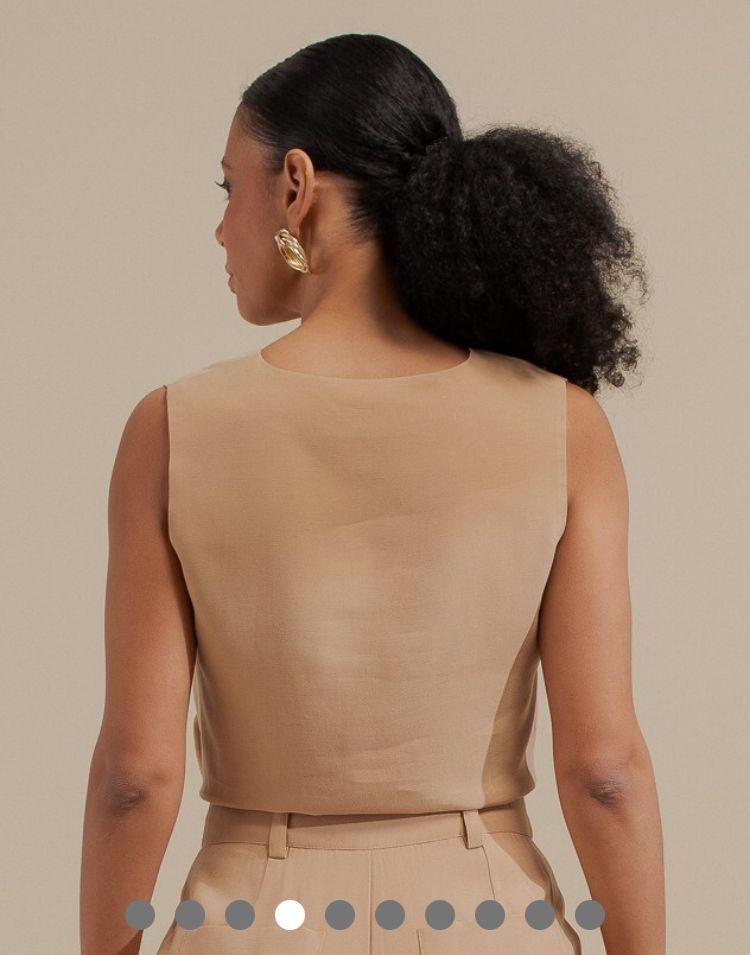 Blusa Samara Regata Twill Alfaiataria Detalhe Decote V