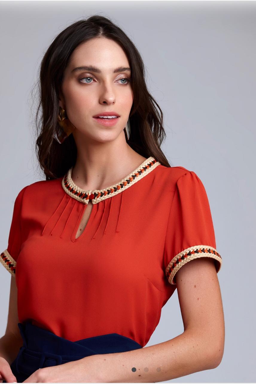 Blusa Soraia Crepe Detalhe Trança Rustic  loga Cores Off e Vermelho