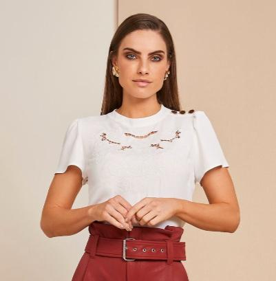 Blusa Suzana Crepe Bordada Botões no Ombro